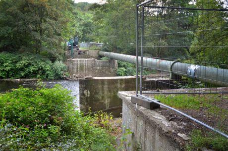 Keine Brücke mehr in Strohn: nur noch die Wasserleitung hinauf zur Krahenhöhe überspannt die Wupper