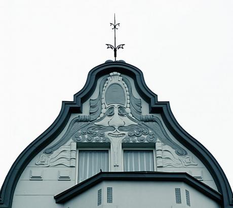 Stuckgesicht: an einem Haus an der Holbeinstraße