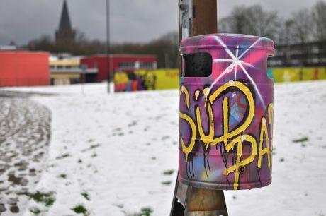 künstlerisch gestalteter Abfallbehälter: im Südpark