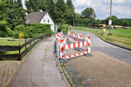 Tag X: Der Bürgersteig wurde schon einmal aufgesägt. Daher der Umgang.