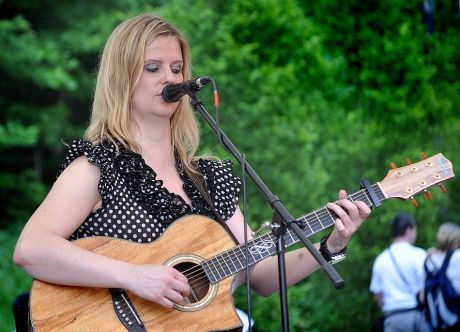 """>>""""Teneja""""  voice meets guitar: Die gebürtige Slowenin mit ihren wilden blonden Haaren, hat von frühester Kindheit an gelernt, Gitarre zu spielen und ihre Kunstfertigkeit an der bergischen Musikschule perfektioniert. Virtuos beherrscht Sie ihr Instrument - ob Blues, Soul, Rock oder Reggea - sie spielt es nicht, sie taucht darin ein.<<"""