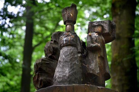 Waldläufer aus vergangenen Zeiten: Die Skulptur erinnert an die Lieferfrauen und …