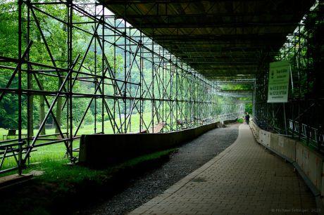 Zur schönen Aussicht: Gerüsttunnel unter der Müngstener Brücke