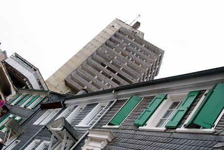 ganz schön schräg: ausgeweidetes Turmhotel