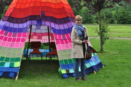 Die Künstlerin herself vor ihrem filigranen Werk: Ute Lennartz-Lembeck