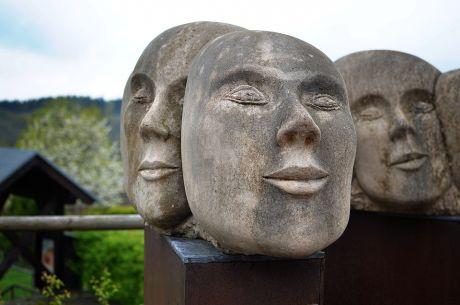 Vergangenheit - Gegenwart - Zukunft: Skulptur der Künstlerin Christiane Püttmann. Erstmals 2004 in Oberburg aufgestellt. Wiederaufgestellt 2014 mit Unterstützung der Seilbahn Burg GmbH
