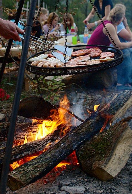 totes Tier auf dem Grill: für die Verpflegung der Köhler sorgt ein Teil der Solinger Bevölkerung