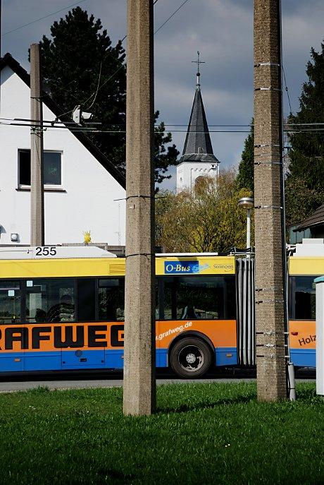 Vertikal und horizontal: Widderter Kirche und O-Bus-Wendeschleife