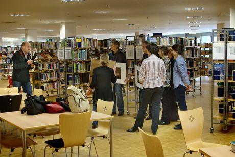 """Kurz vor der offiziellen Ausstellungseröffnung: """"Die vier Elemente"""" in der Solinger Stadtbücherei"""