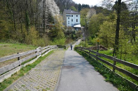 Blick auf die Villa im Jahre 2019: Der Weinsberger Bach wurde vor ein paar Jahren hier an dieser Stelle großflächig renaturiert.
