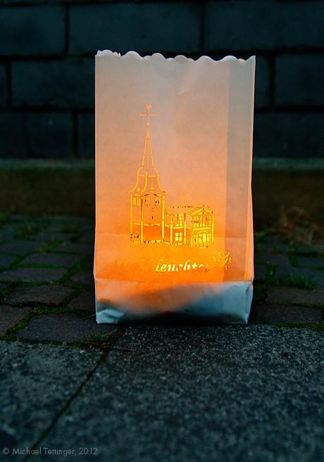 Wald leuchtet: kerzenbeleuchtete Papiertüte mit der Walder Kirche als Scherenschnitt