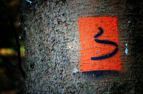 Wegemarkierung: die mich an einen dampfenden Hundehaufen erinnert