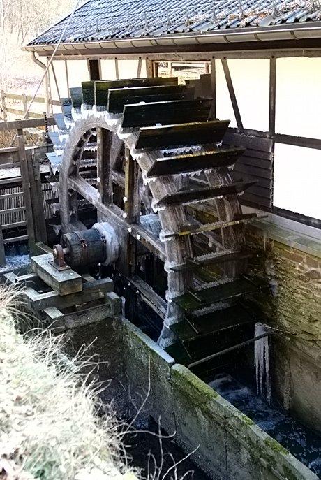 Wasserrad mit Eisansatz am Balkhauser Kotten
