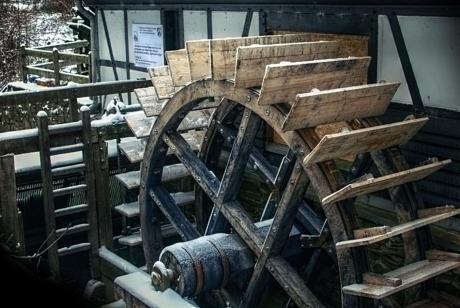 Das neue hölzerne Wasserrad: am Balkhauser Kotten