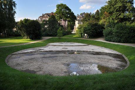 trockener Wasserspielplatz in der Parkanlage am Bismarckplatz