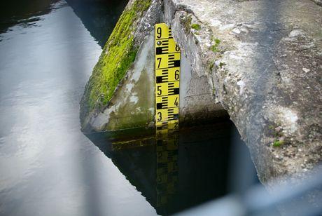 Wasserstand: Pegellatte am Gewaltschütz des Auer Kottens