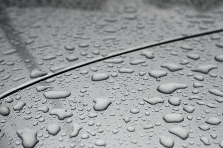 Regentropfen: auf einer gut gepflegten Autohaut