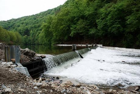 hydraulisches Wehr am Auer Kotten: inklusive neuer Fischtreppe im Hintergrund