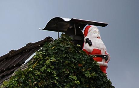 Weihnachtsmann: auf Solinger Dach 2009, augenscheinlich wasserscheu
