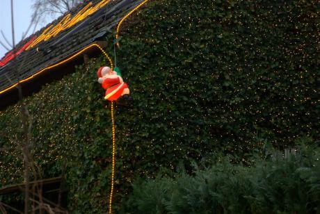 Weihnachtsmann: als Fassadenkletterer