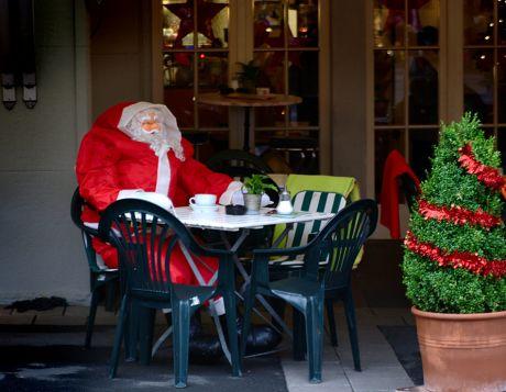 Weihnachtsmann beim Milchkaffee
