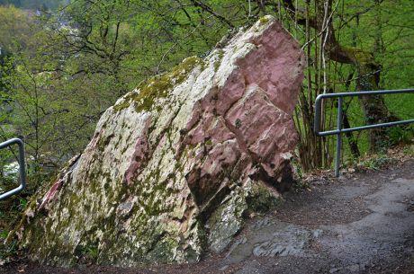 Weißer Stein: noch mit der bekannten Patina in rosa und mosig.