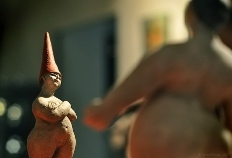 Wer von uns beiden ist nun dick?: Keramikfiguren von Theresia Hebenstreit