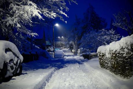 Ein herbstlicher Winterabend im Dezember: geschlossene Schneedecke