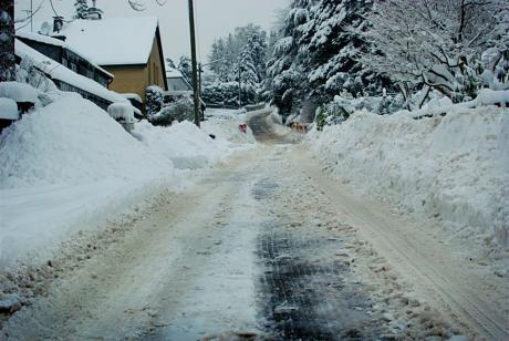 Winter im Dorf: Schneepflugspuren