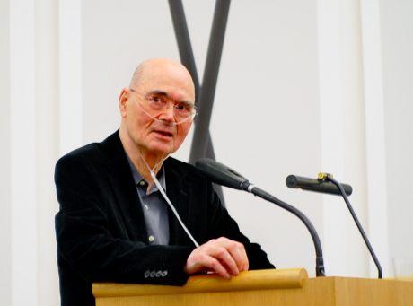 """Professor Wolfgang Körber: bei der Erklärung der Muse zur """"Der Zustand der Schere vor Ihrer Erfindung"""""""