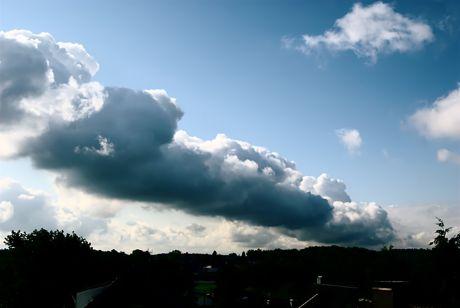 Dunkle Wolken: oder sind es nur die brummenden Kraftwerke am Rande des Braunkohletageabbaues?