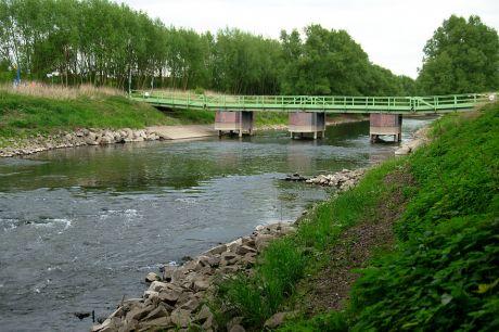 Pontonbrücke in der neuen Wuppermündung: Da die Wupper beim Besuch sehr wenig Wasser führte, scheint die Brücke fast zu schweben, statt aufzuschwimmen.