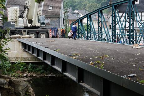 Wupperbrücke: ein Seitenteil ist montiert, die historische Ansicht ist fast wieder hergestellt