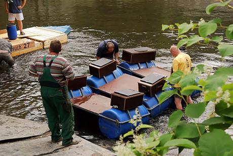 Wenn die Männer Baden gehen: Wasserlassen eines Floßes an der Kanueinstiegstelle Wupperhof