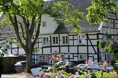 Wupperhof: historisches Fachwerk mit Gaststätte und Biergarten