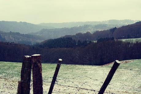 Das Tal der Wupper zwischen Solingen und Leichlingen: Burg Hohenscheid vom Berg der Pfaffen aus gesehen