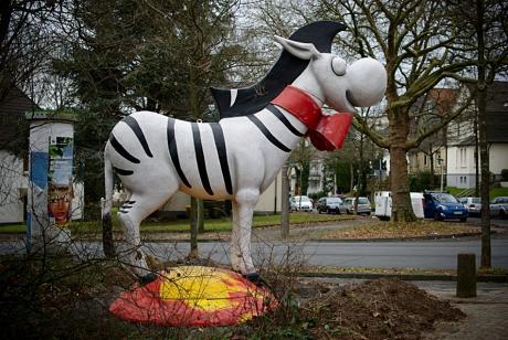 Zebra-Plastik: vor der Grundschule Böckerhof
