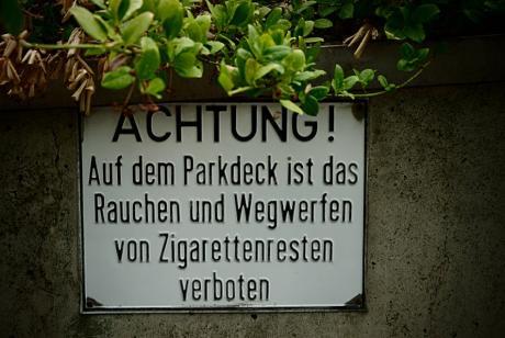 ACHTUNG!: Auf dem Parkdeck ist das Rauchen und Wegwerfen von Zigarettenresten verboten