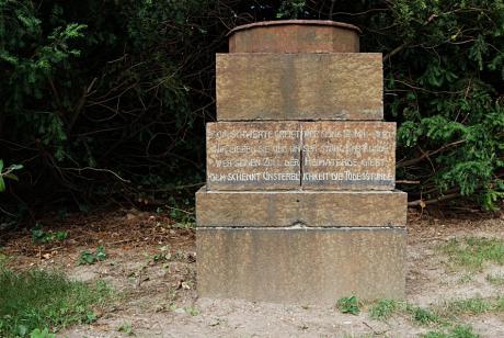 mehrstufiger Sockel: einst Teil eines Kriegerdenkmales