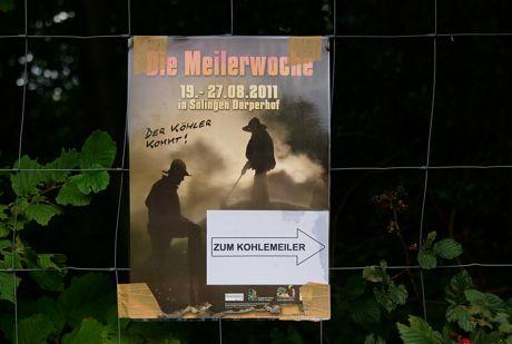 Zum Kohlemeiler: nein, hier werden keine Euros verheizt, nur Eichenstämme zu Holzkohle verkohlt