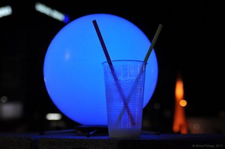 Blaue Stunde an Plastik mit Trinkhilfe